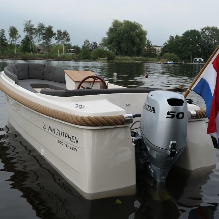 Van Zutphen Tender 500 De spiegel is zo ontworpen dat er tot maximaal 50 pk achter gehangen mag worden.